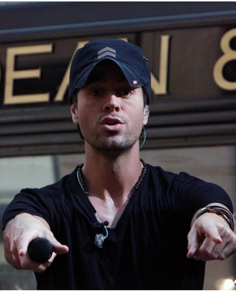 Enrique Iglesias asks people to sing with him
