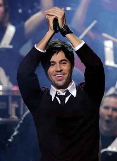 Enrique Iglesias claps his hands