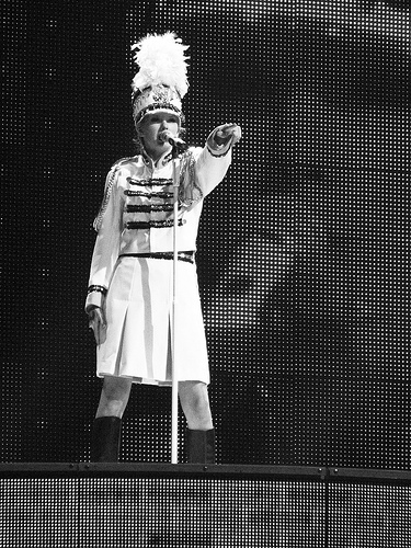 Taylor Swift perfomance onstage on the Fearless Tour 2010
