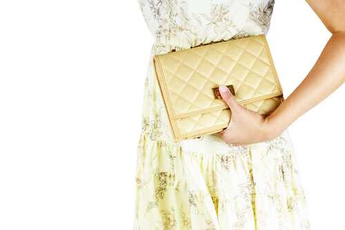 10 Things Every Woman Should Have in Her Purse