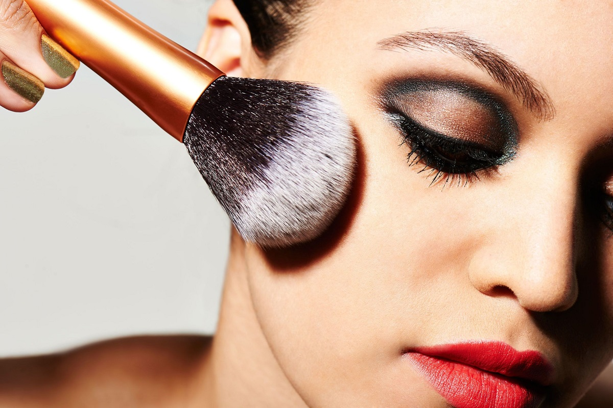 7 Makeup Tricks to Make Your Face Look Thinner