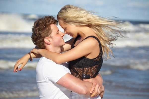 8 Secrets to Attract an Aquarius Man
