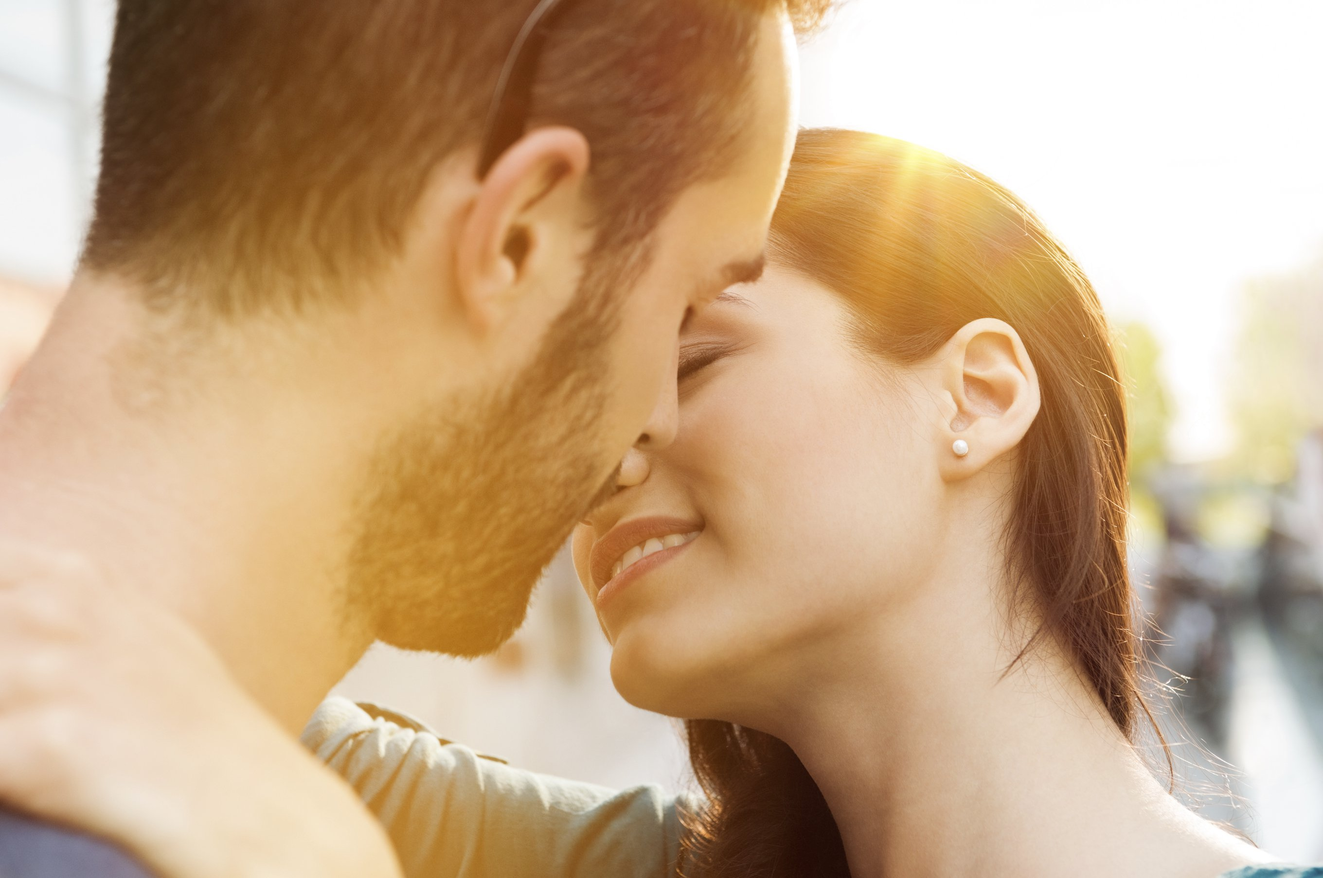 8 Practical First Kiss Tips